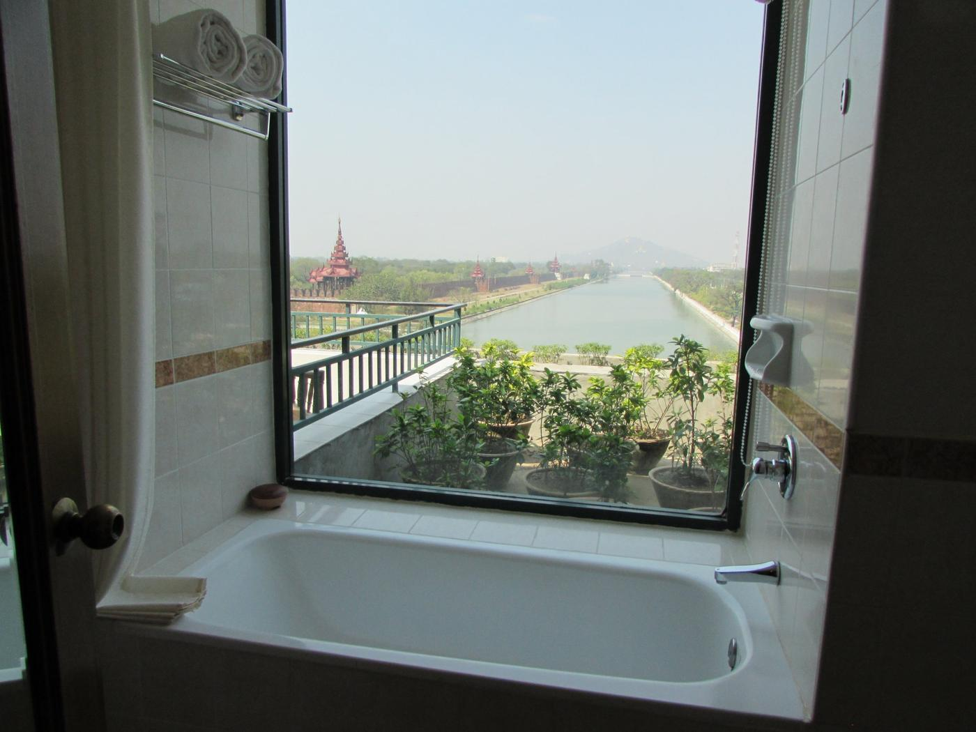 Suite bathroom, Hilton Mandalay
