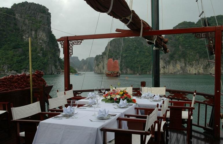 Outdoor dining, Dragon Pearl, Halong Bay