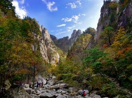 Hiking in stunning Seoraksan NP, South Korea