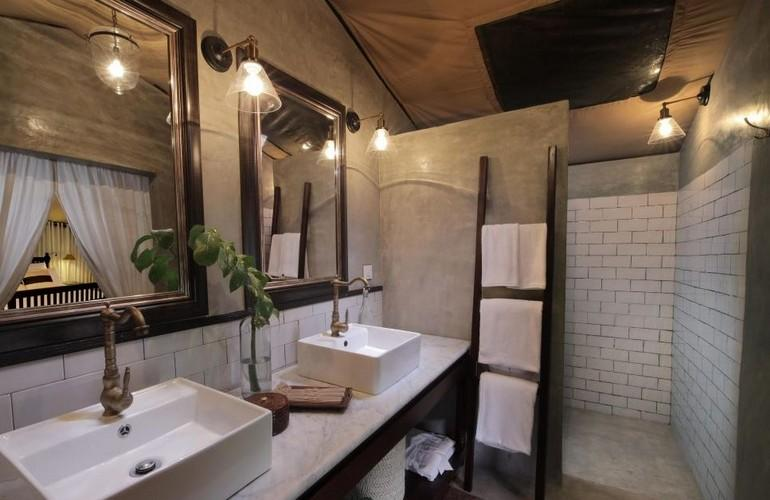 Suite Bathroom, Leopard Trails